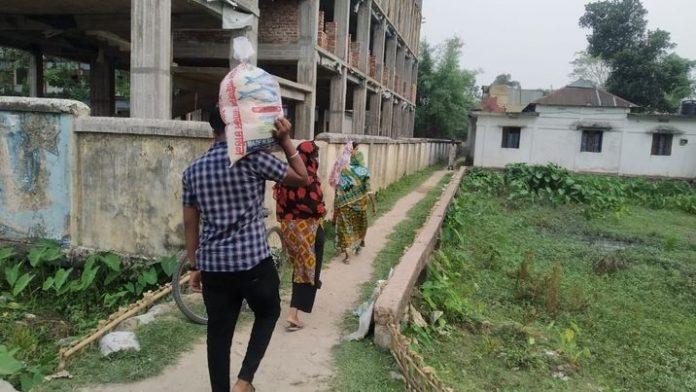 শ্রীমঙ্গলে খাদ্যসামগ্রী পৌঁছে দিচ্ছে উদ্দীপ্ত তারুণ্য নামে একটি সংগঠন